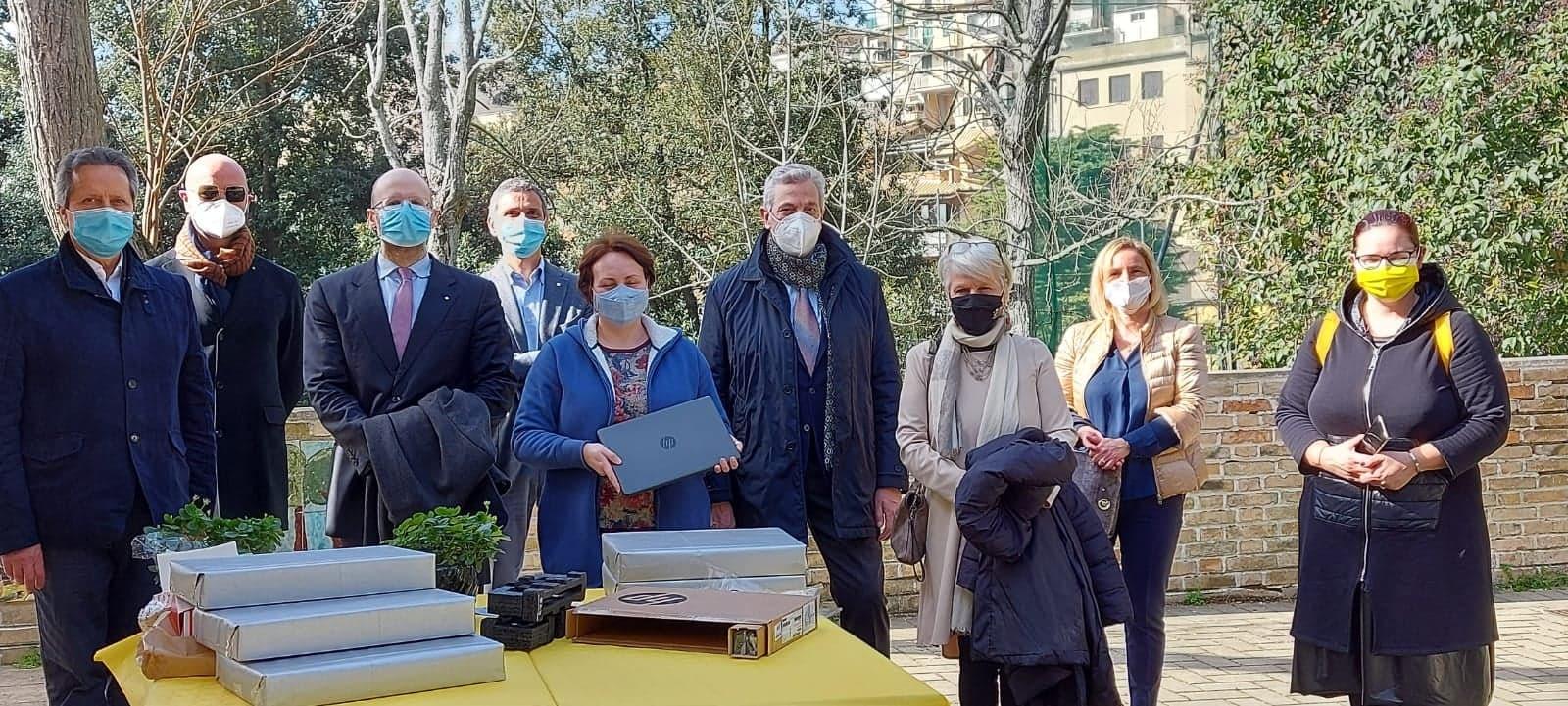 """Donazione di PC portatili da parte del Rotary Club di Recanati all'Istituto Comprensivo """"N. Badaloni"""""""